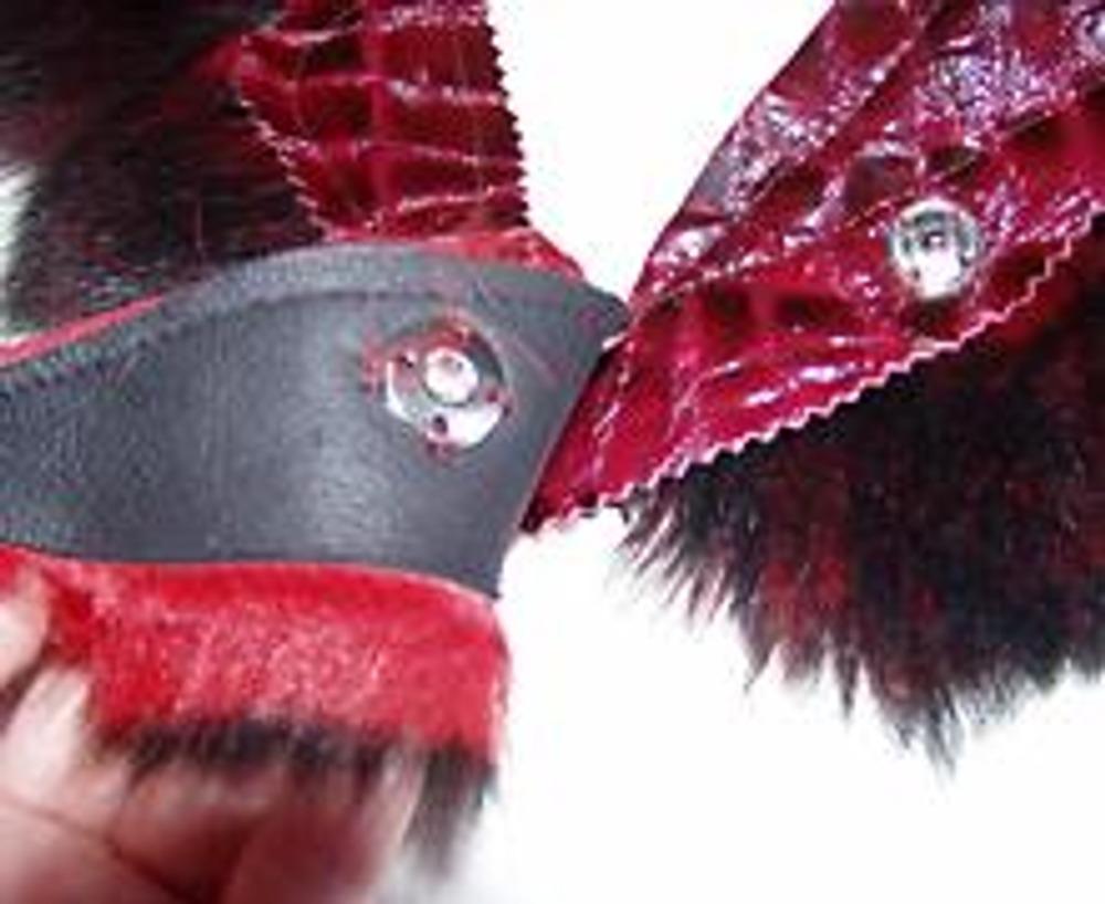 5. Внизу пояса пришейте кусочки меха. Застежка - кнопка, которую вы можете сделать в мастерской металлоремонта или пришить. При желании, пояс можно украсить любой бижутерией. Блистайте!