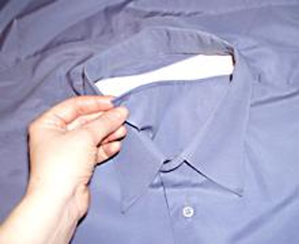 3. Просуньте треугольник под воротник. Аккуратно распределите его по форме горловины.
