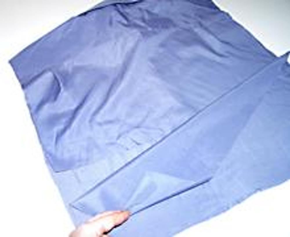 1. Разложите рубашку на столе. Начертите контуры подушки, в данном случае - 40х40 см. Выкроите подушку, не забыв про клапан на обратной стороне!