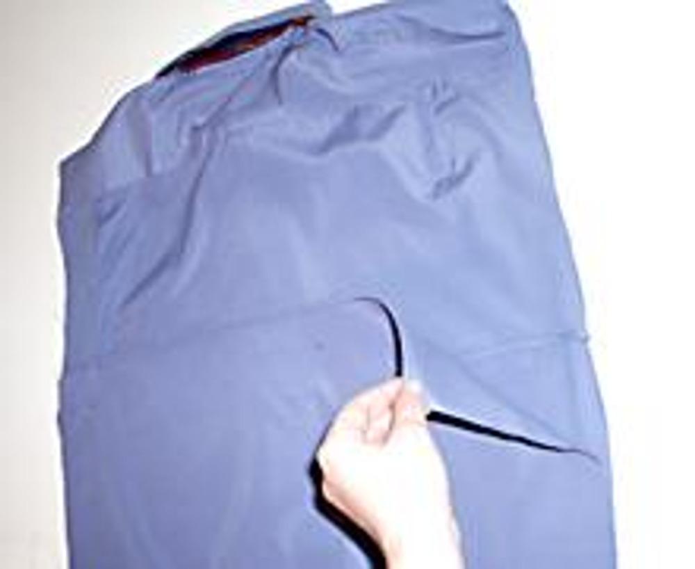 8. Отутюжьте рубашку и с обратной стороны, обработайте клапан, подвернув и отстрочив его срезы.