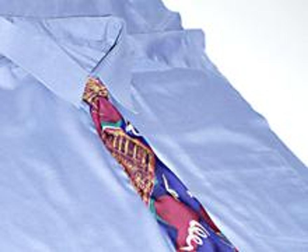 7. Наденьте на рубашку завязанный галстук и пришейте его края к рубашке. Выверните подушку наизнанку и проложите строчку по всему ее периметру.