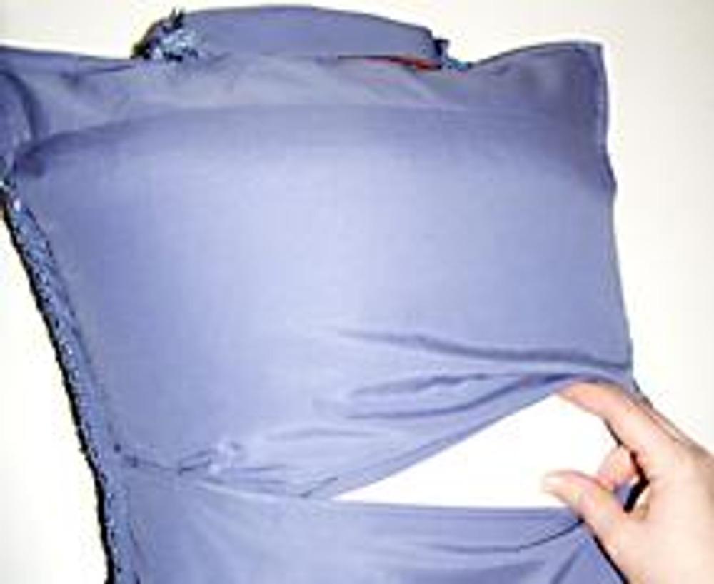 12. Вставьте подушку, и мужской вариант готов! Женская наволочка шьется идентично. Удачных экспериментов!