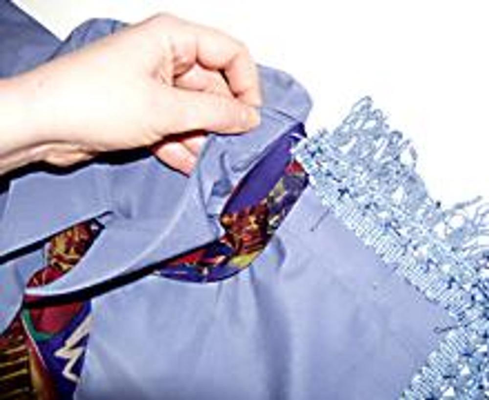 10. Остались последние и важные штрихи, которые завершат образ. Бахрома пришивается от горловины, воротник скроет ее срез.