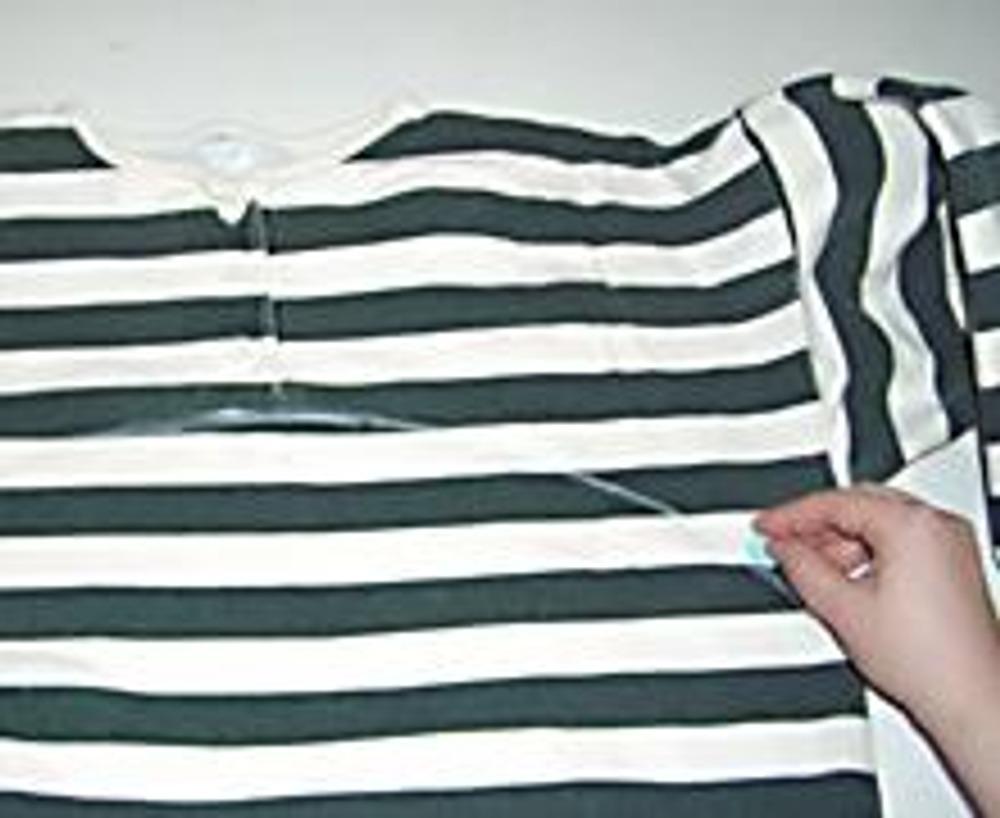 1. Разложите свитер на столе. Нарисуйте вогнутую линию, как показано на фото.