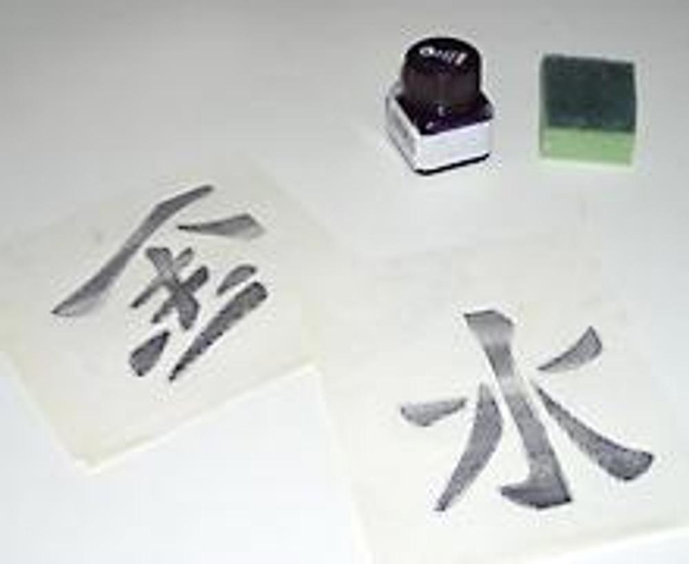 1. Для декора зонтика, вам понадобится качественная краска для ткани.