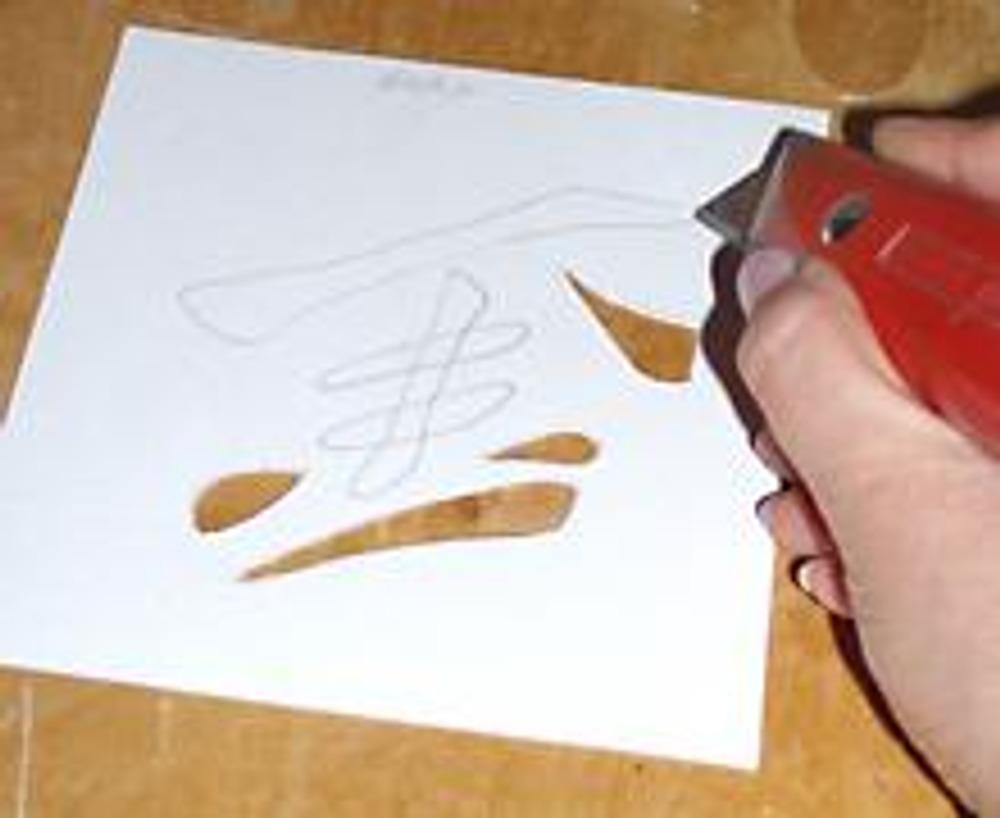 2. Сначала изготовьте трафарет. Скопируйте рисунок, на плотную бумагу и вырежьте канцелярским ножом.