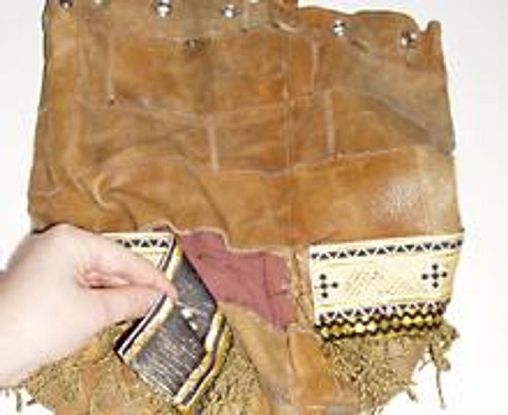 2. К широкой тесьме пришейте бахрому. Этот декор пришейте на сумку так, чтобы он закрыл дырку.