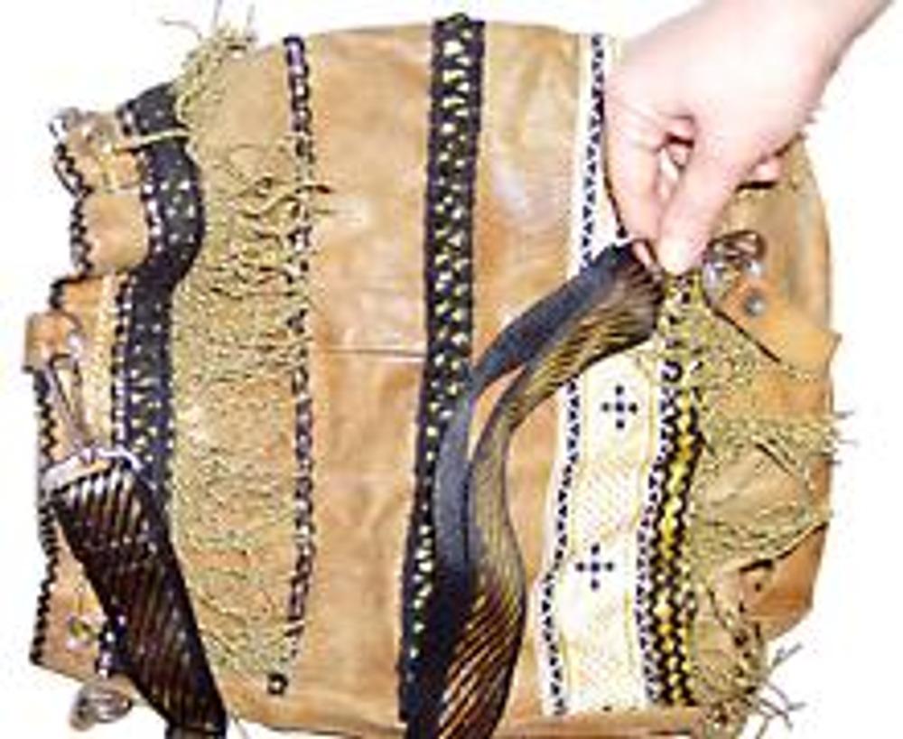 9. Закрепите лямку сумки карабинами к имеющимся держателям.