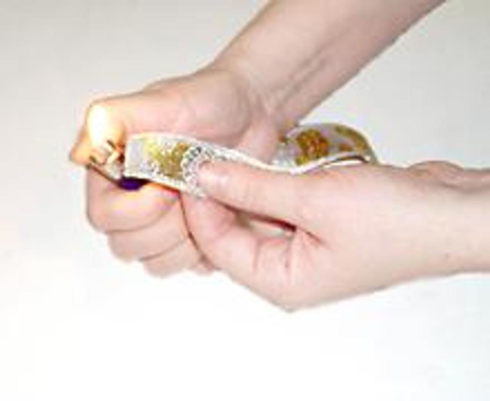 1. Измерьте окружность коробочки и отрежьте два кусочка тесьмы. Срезы оплавьте зажигалкой. Оберните тесьму вокруг коробочки в том месте, где она будет крепиться