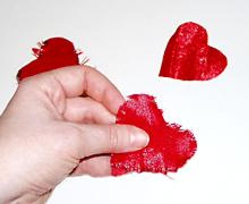 3. На красной ткани нарисуйте небольшое сердечко и, сложив ее в несколько раз, вырежьте декор. Края сердечек немного растрепите.