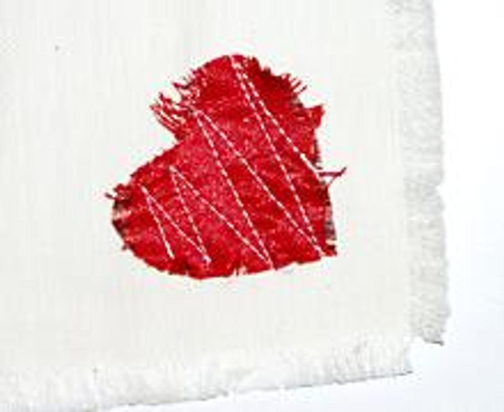 4. Пришейте сердечки на угол каждой салфетки прямой, контрастной строчкой, в виде зигзага.