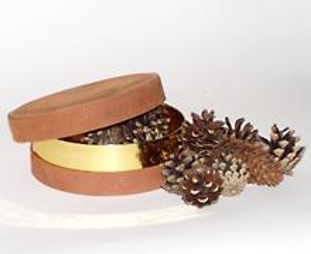 1. Для декорирования коробочки из-под конфет вам понадобятся: одна или две еловые и несколько сосновых шишек, бисер или цветной песок, белая краска, клей и лак.