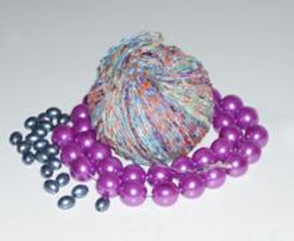 1. Вам понадобятся ленточные нитки для вязания и два вида бусин. Отрежьте длинную нитку и много кусочков по 15-20 см.
