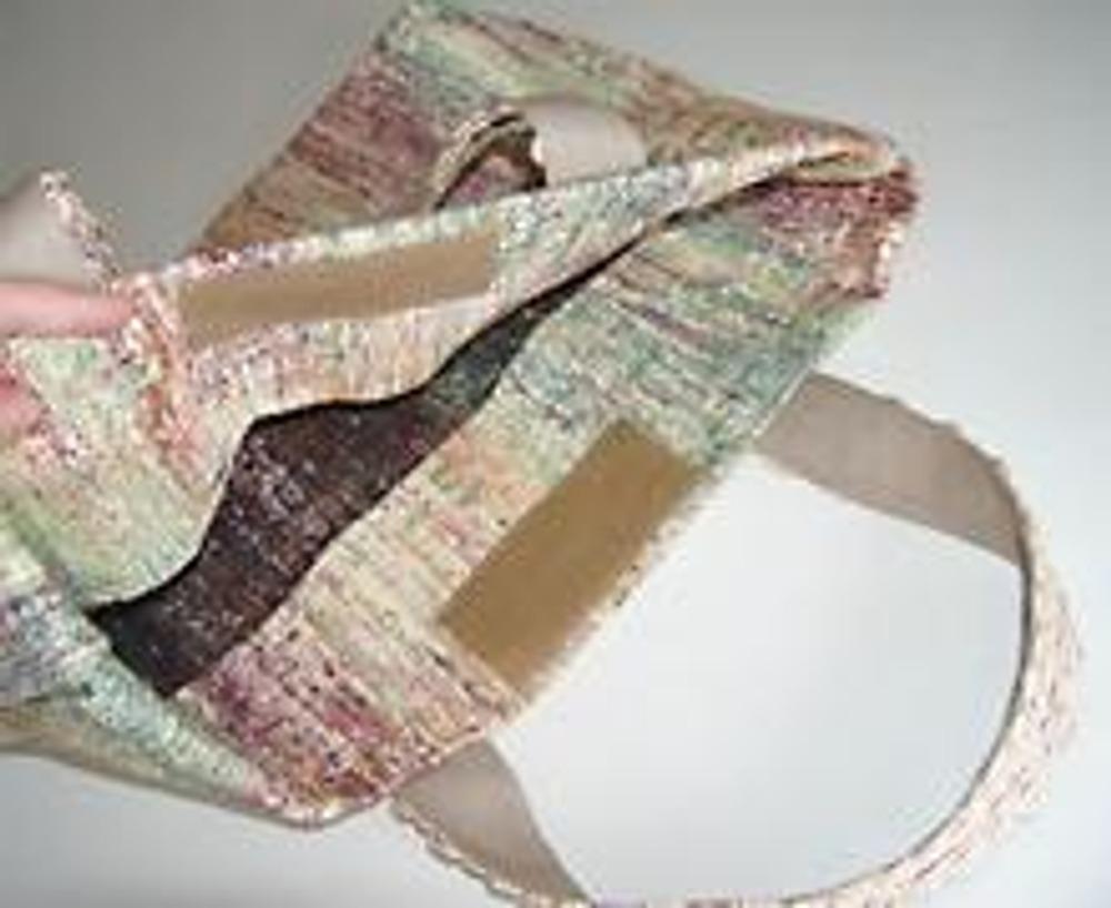 6. В заключение пришейте липучку, которая послужит застежкой, и сумка готова!