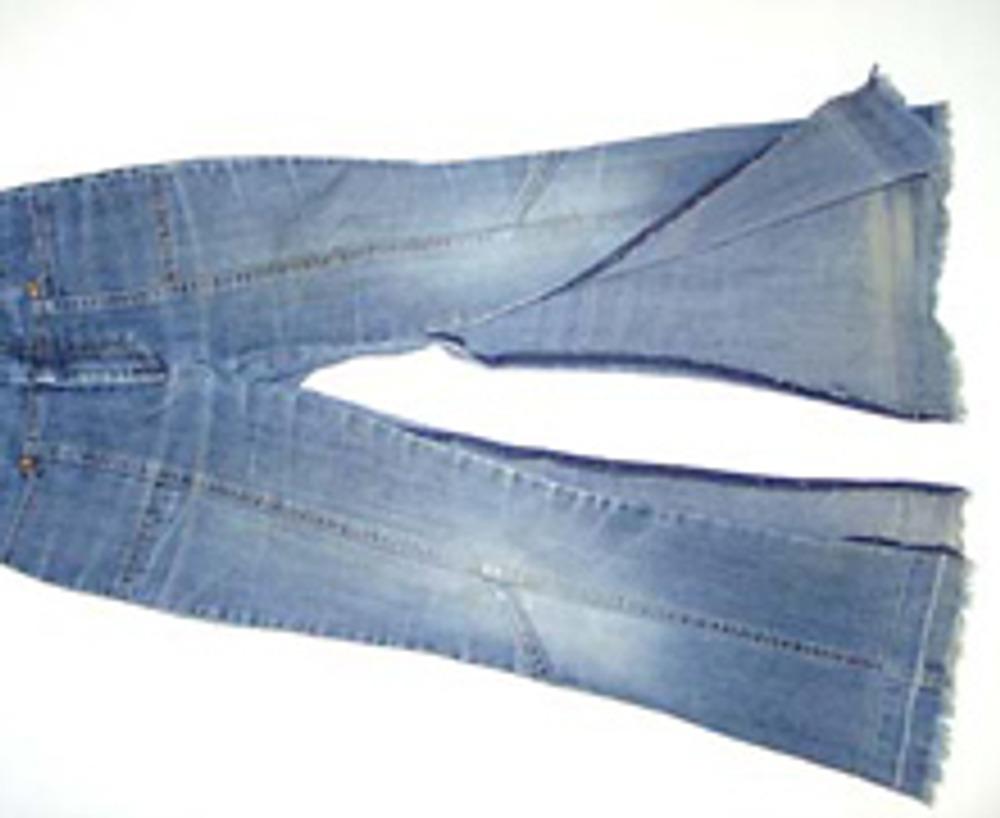 1. Распорите джинсы по шаговым швам, чуть выше уровня колен и отпорите подгибку.