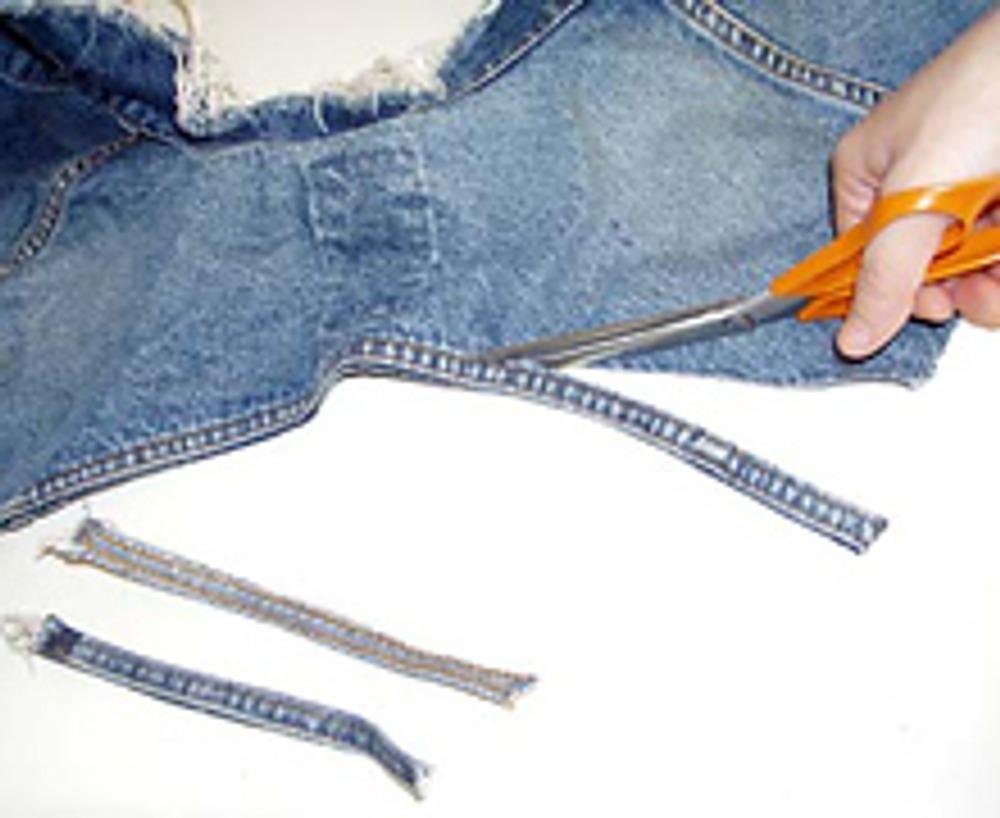 2. Срежьте с куртки все двойные швы. Разотрите швы руками, чтобы они разлохматились.