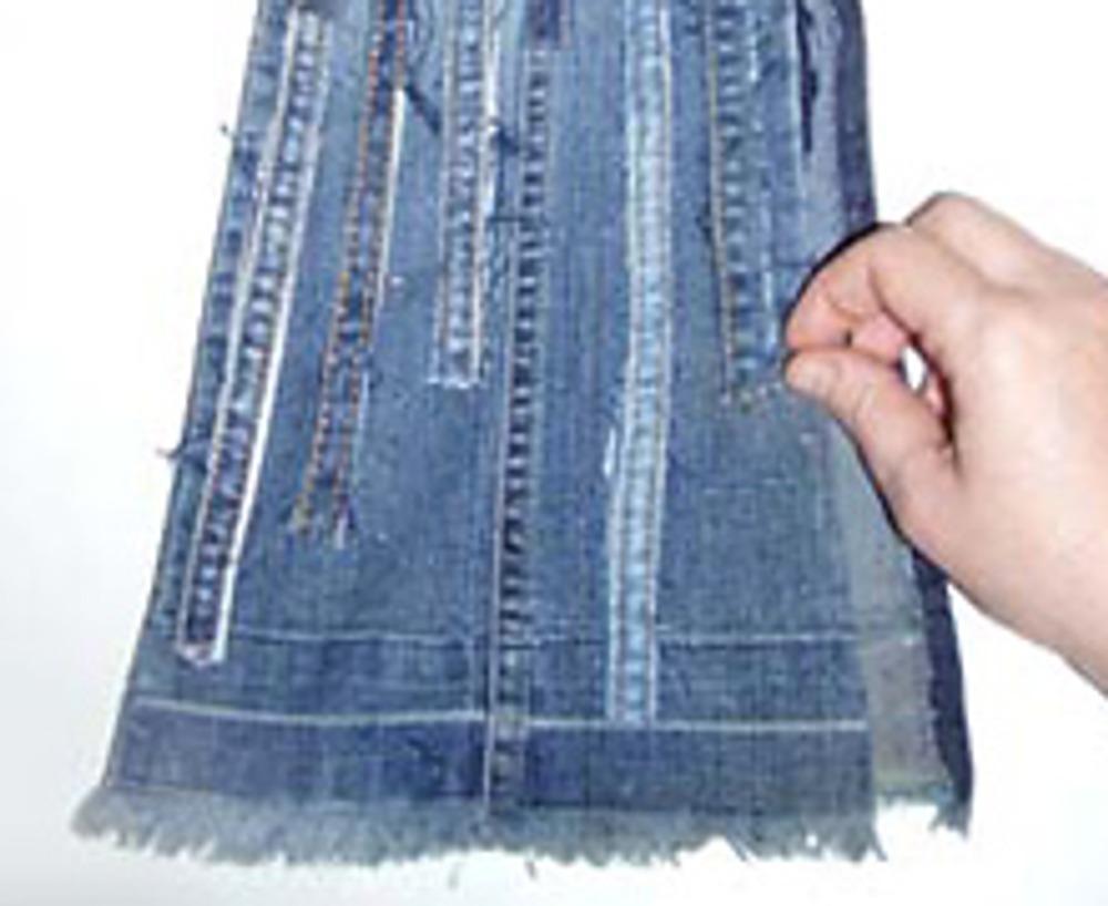 4. Разместите декор так, чтобы он закрыл все имеющееся дефекты. Оставшиеся швы послужат дополнением. Декорировать можно не только передние половинки брюк, но и задние.