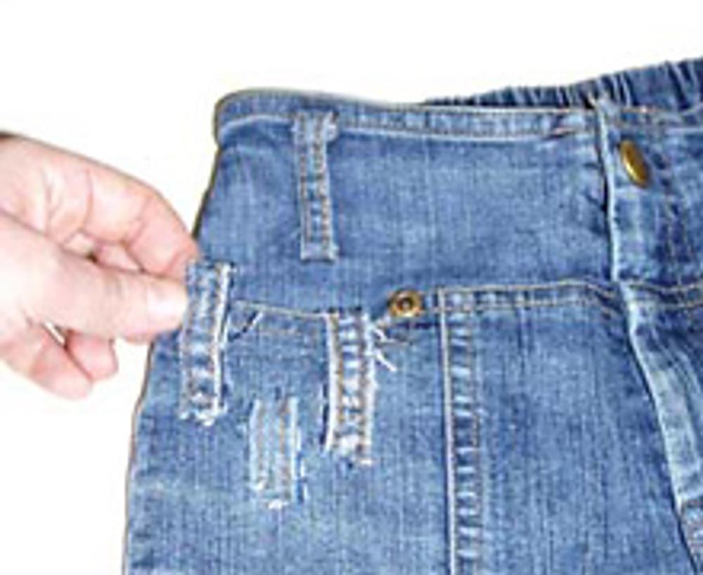 5. Поскольку швы достаточно толстые, на задних половинках они должны быть короткими и не доходить до коленного сгиба, для удобства в носке. Несколько полосок прикрепите у пояса или на карманы.