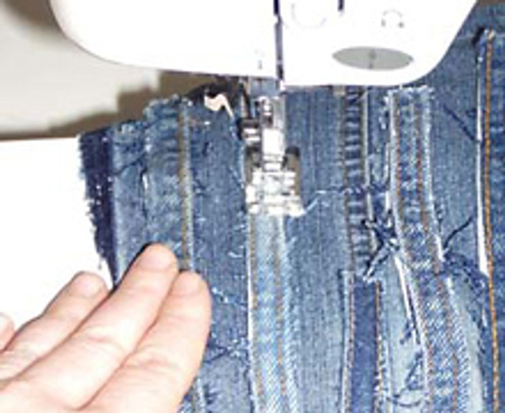 6. Пришейте декор на швейной машине, пользуясь толстой иглой и прочными нитками. Сшейте шаговые швы и сделайте подгибку. Такая отделка уместна не только на брюках, но и на любой джинсовой одежде.