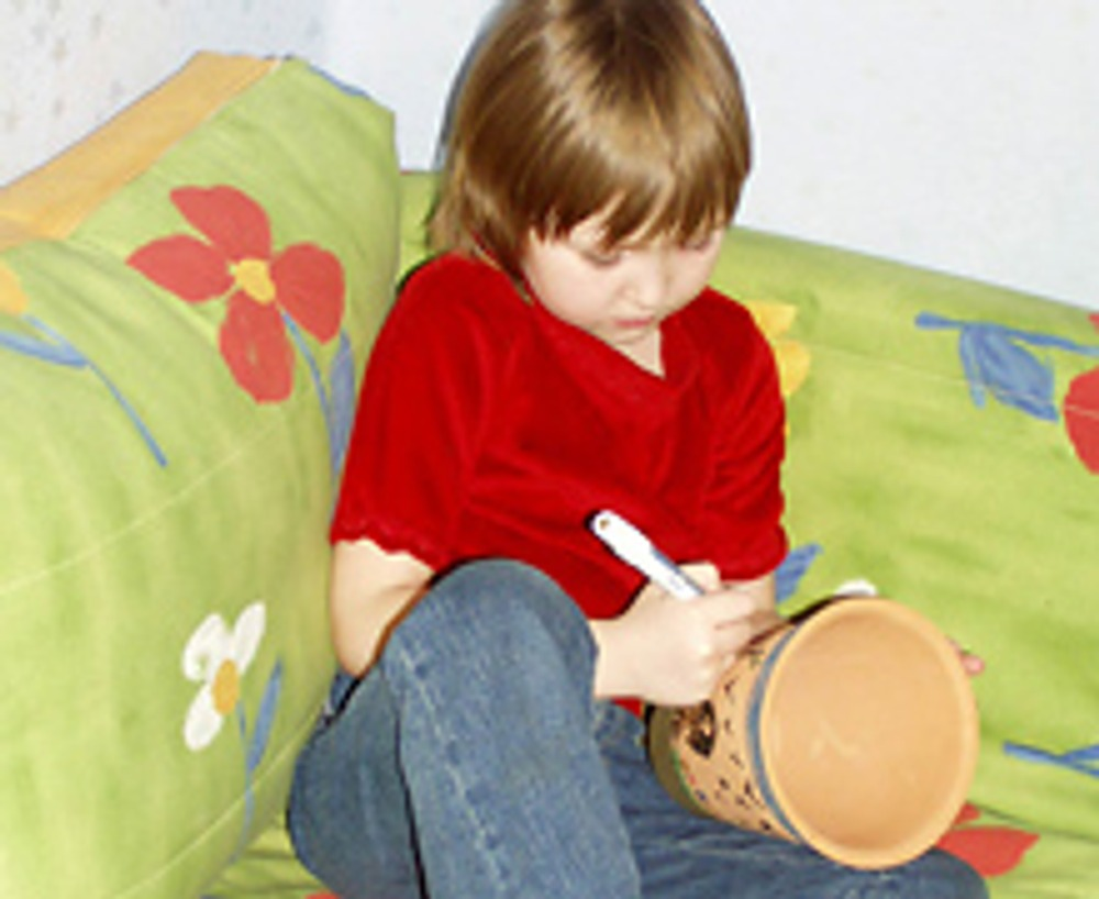 2. Затем - самая интересная часть работы. Но не для вас, а для вашего ребенка! Предложите ему нарисовать маркерами на поверхности горшка все, что он хочет.