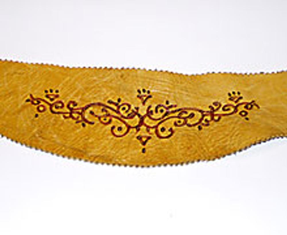 4. Обведите орнамент выжигательным прибором. При желании сделайте еще несколько штрихов около пряжки пояса.