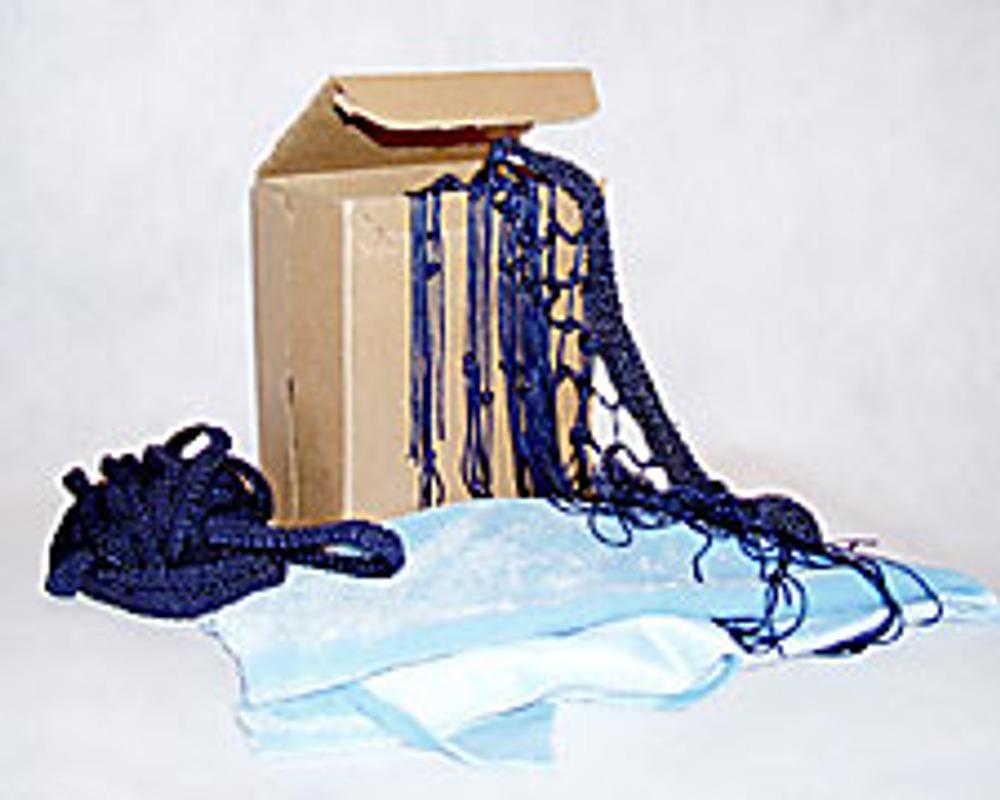 1. Для изготовления сумки вам понадобятся: картонная коробка, коротковорсный мех, ткань для подкладки, лучше трикотажная, длинная бахрома, тесьма и кусочек проволоки.