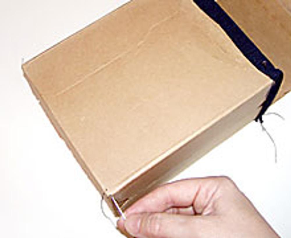 4. Со стороны донышка пришейте подкладку сквозь коробку.