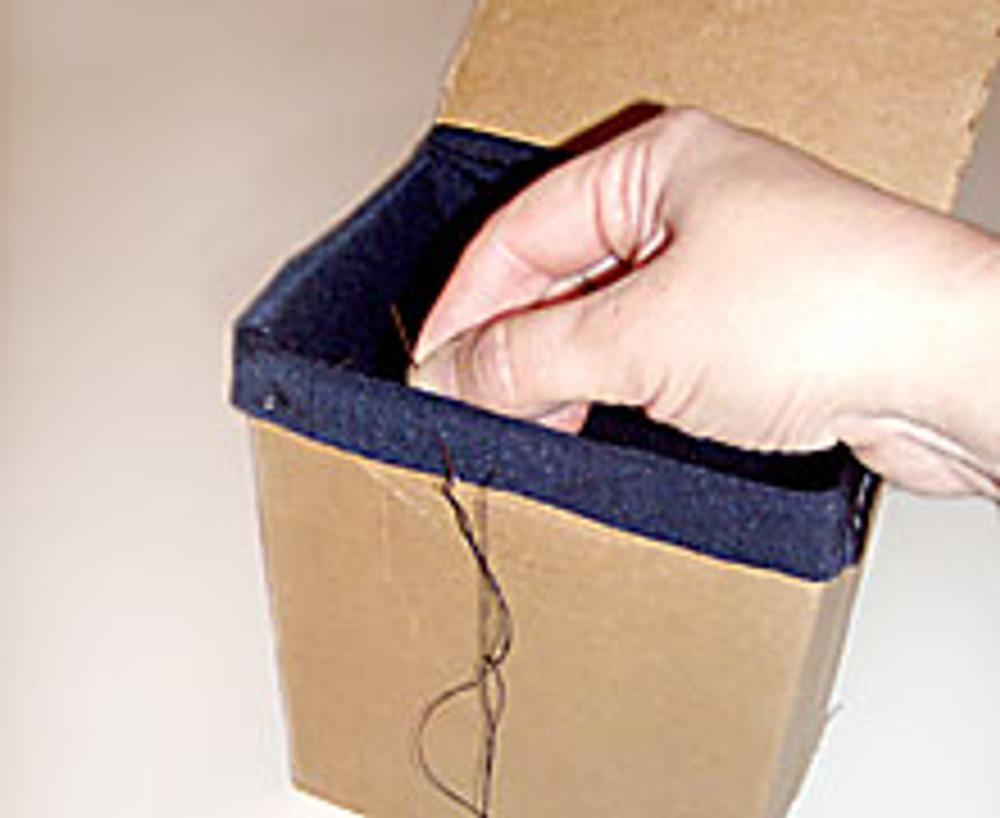 5. Подкладку натяните на верхнюю часть сумки. Закрепите ее.