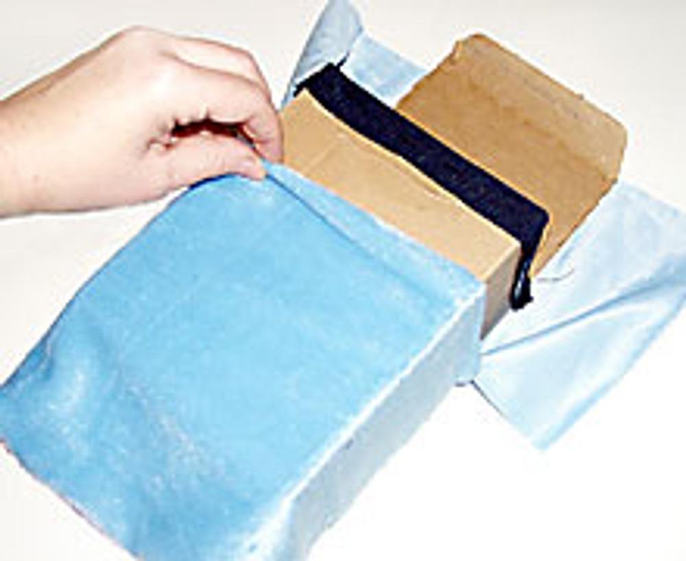 6. Чехол из меха наденьте на коробку.