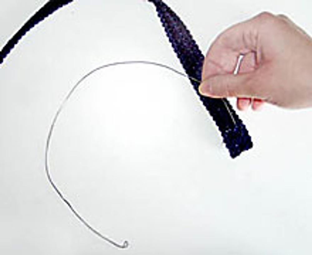 14. Отрежьте кусок проволоки, равный по длине отрезку тесьмы и с помощью плоскогубцев загните на концах небольшие петельки.