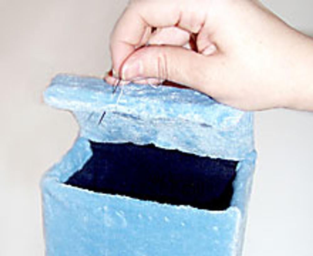 8. Крышку коробки оберните мехом и аккуратно закрепите.