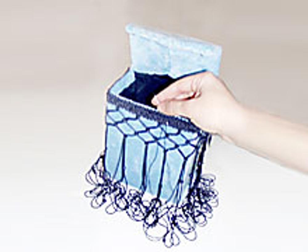 10. Оберните отрезок бахромы вокруг сумки и пришейте ее. Верхнюю часть крышки тоже декорируйте бахромой.