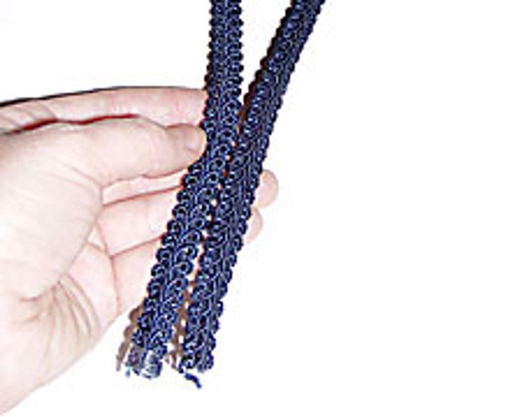 12. Для ручки отрежьте небольшой кусочек тесьмы, если она узкая, сшейте две полоски.