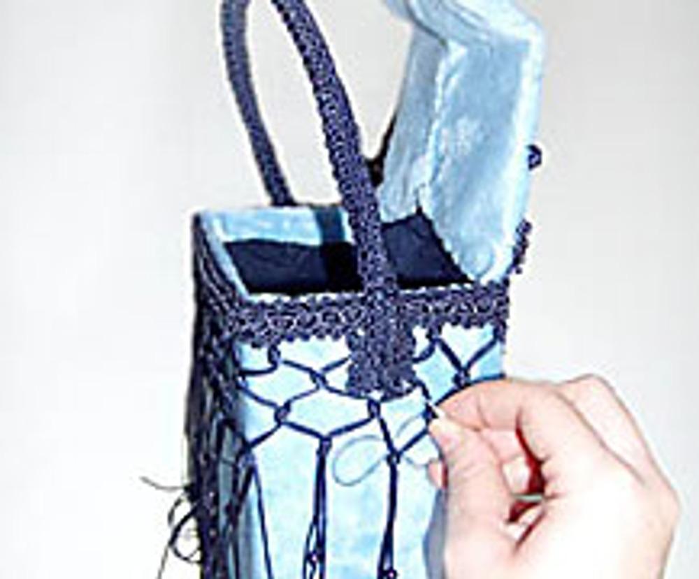16. Ручку пришейте по бокам сумки, делая стежки насквозь. Кто бы мог подумать, что из картонной коробочки может получиться эксклюзивная вечерняя сумочка?!