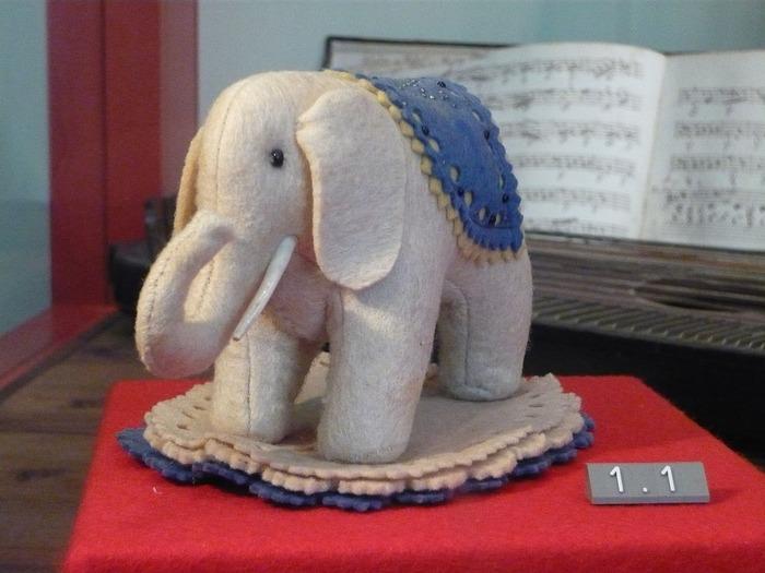 """Фото. Таким был первый фетровый слоник - игольница """"Elefäntle""""."""
