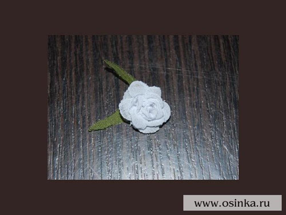 16. По такой же технологии можно сделать розу, только вырезать нужно не цветочки, а овальчики и сшивать оборачивая их вокруг оси.