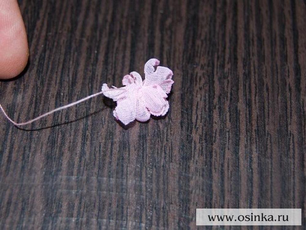 10. Берем и складываем по одному также еще 4-6 лепестков, в зависимости от пышности желаемого цветка и тоже закрепляем. У нас получается центр цветка.