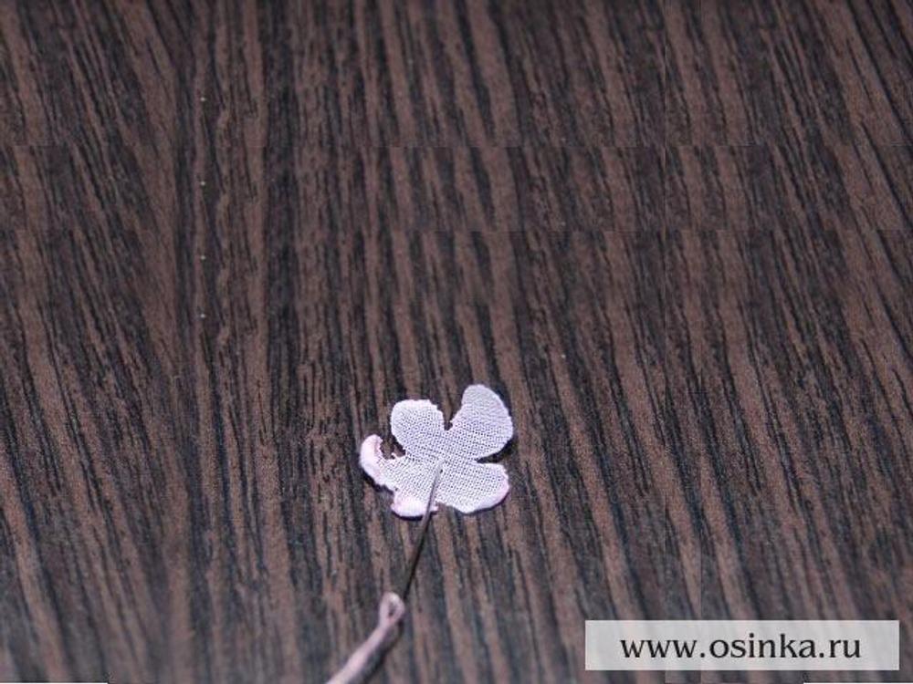 11. Берем лепесток побольше и в серединку пришиваем получившийся центр цветочка.