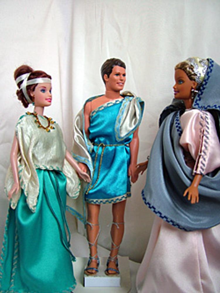 Покрой греческой одежды необычайно прост – это четырехугольный кусок материи, который каждый человек драпировал сам.