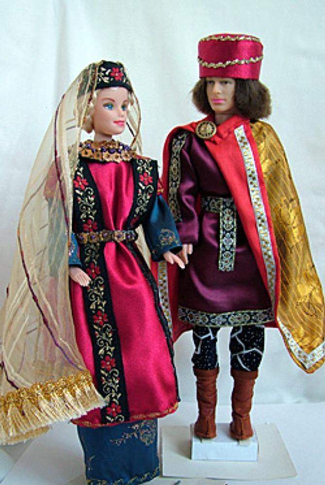 Прямоугольный силуэт византийского костюма (мужского и женского) построен на прямых вертикальных линиях, которые придают костюму монументальность.