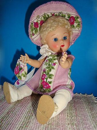 Фото. Ансамбль из 4 предметов для куколки, вышивка по печатному рисунку.    Автор работы - SorY