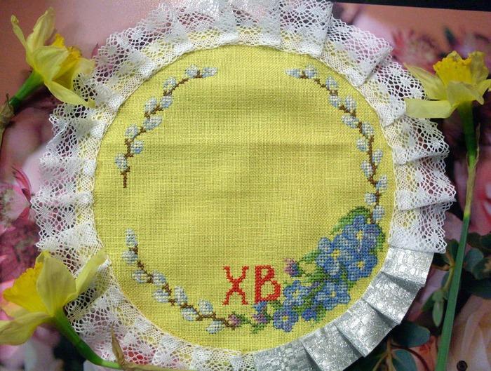 Фото. Пасхальная салфетка   вышивкой крестом. Отделка кружевом. Автор работы - Любимые крестики