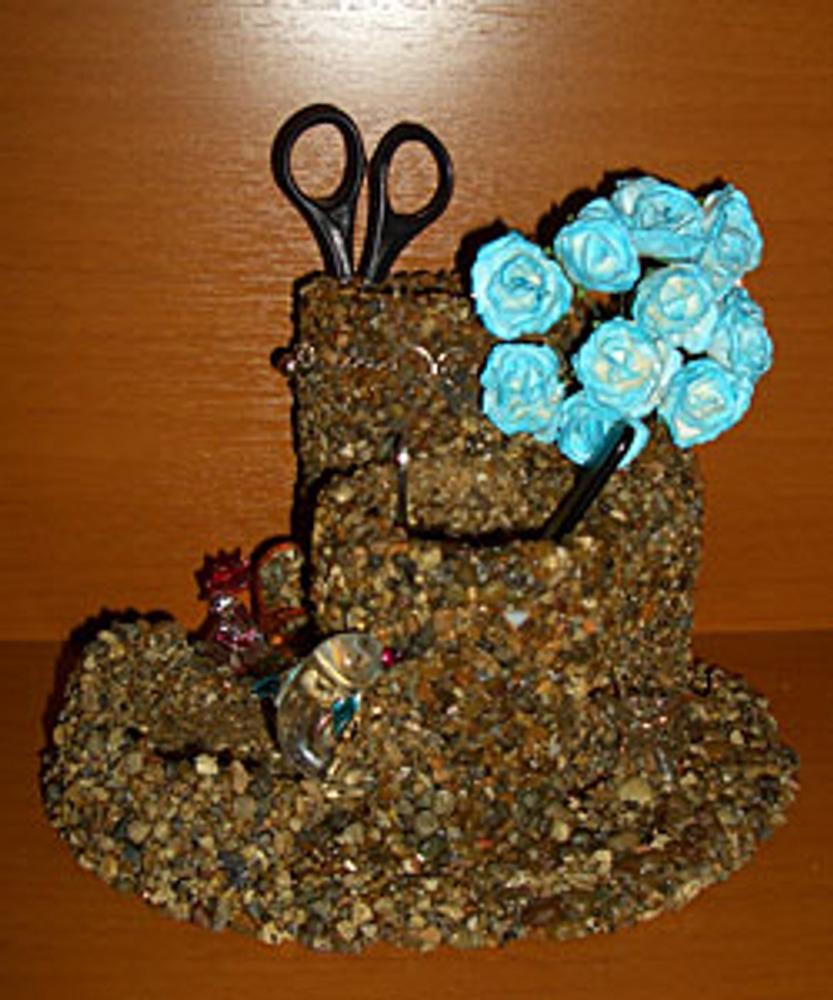 Фото. Органайзер для карандашей, декорированный камнями.