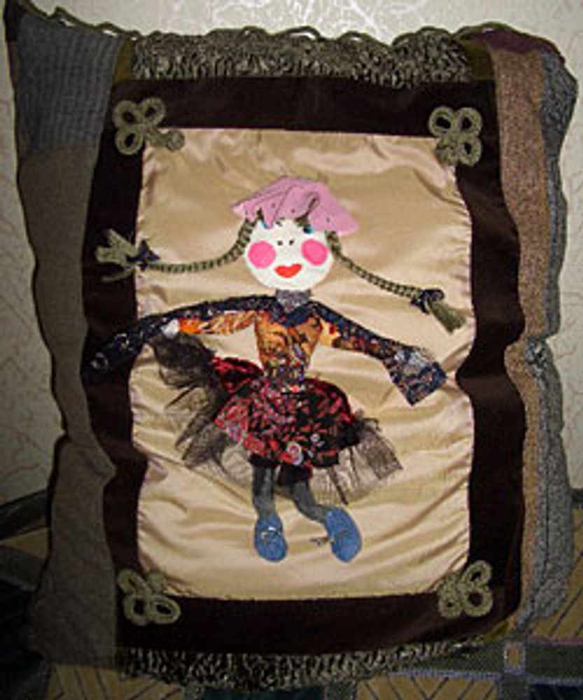 Фото. Подушка из обрезков тканей.
