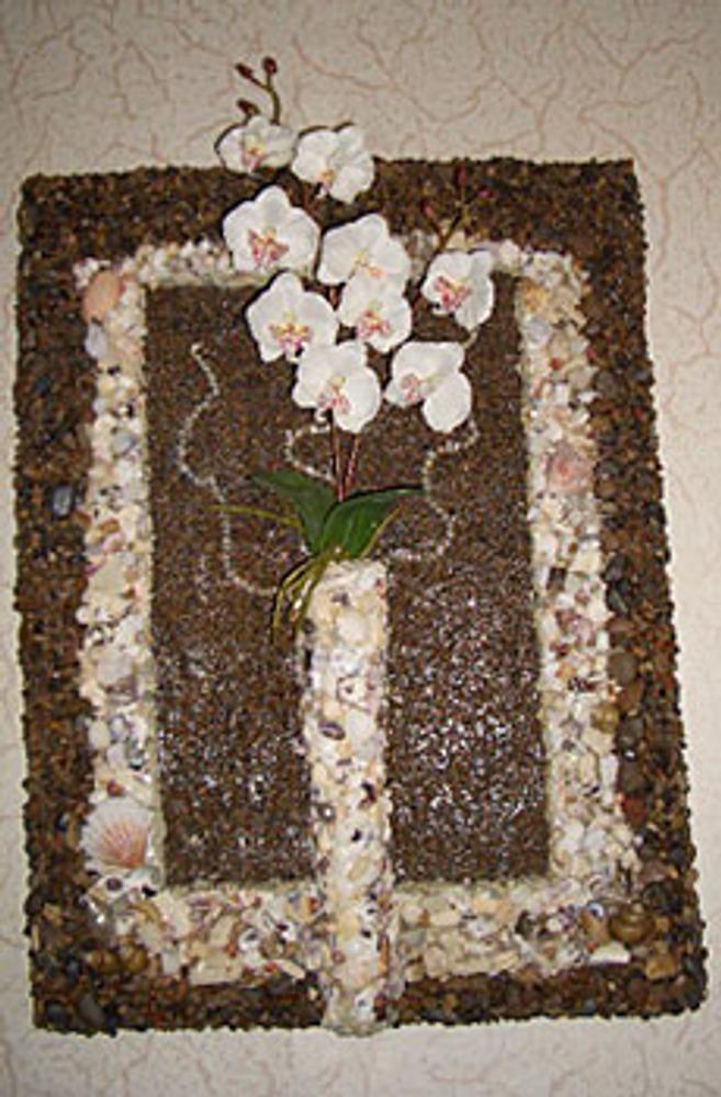 Настенное панно с вазочкой из камней.
