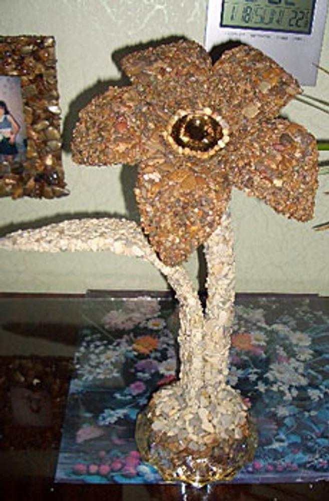 У цветка в качестве основы взята стеклянная рамка от сломанных цветов и тычинка из заколки.