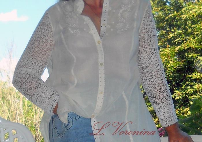 Фото. Блуза из батиста, рукава связаны крючком. Крючок № 0,55, нитки катушечные. Планки и воротник-стойка из батиста с рисунком.