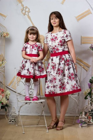 Фото. Летние платья с розами с отрезным лифом и пышной юбкой.
