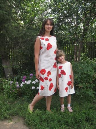 Фото. Платья с маками. На дочкином они выполнены в виде аппликации.
