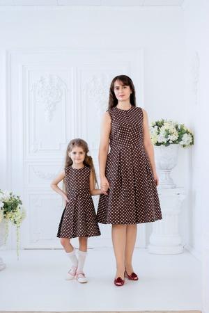 Фото. Наши с дочкой платья из полульна в белый  горошек на коричневом. Горошек - классический принт, который подходит и взрослым и детям.